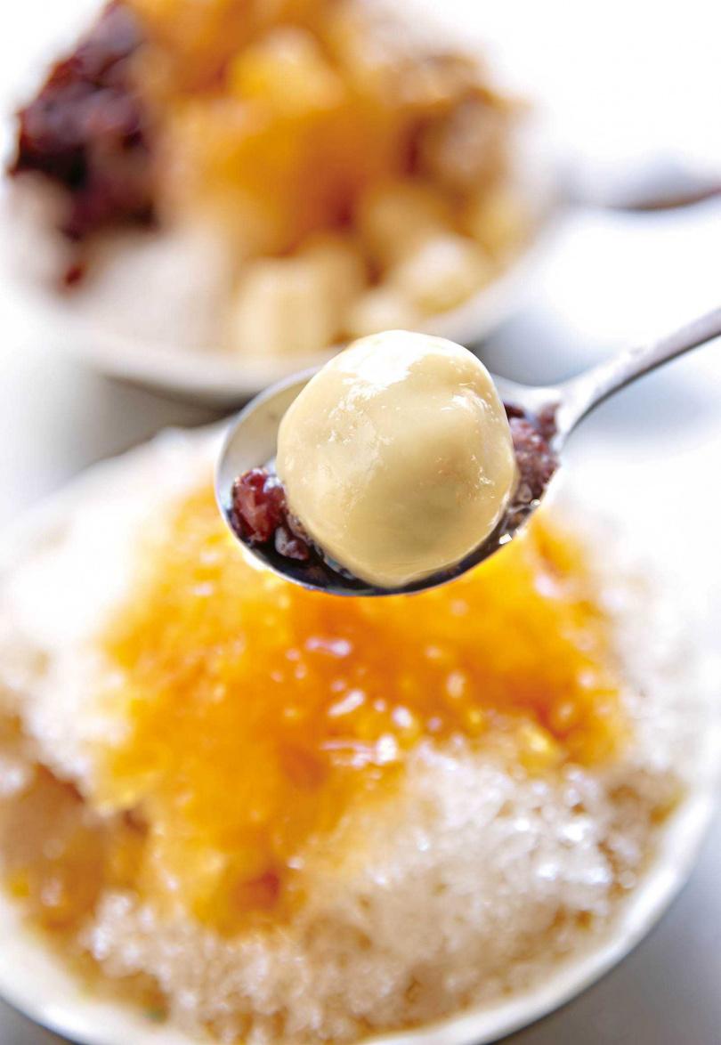 花生湯圓、綠豆蒜和芋頭,是燒冷冰的招牌配料。(50元/碗)(圖/宋岱融攝)