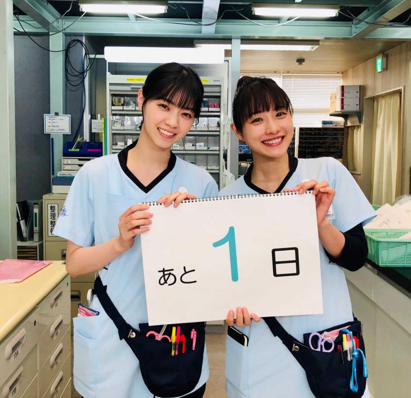 西野七瀨(左)大讚首次合作的石原聰美待人親切沒有隔閡。(圖/翻攝《默默奉獻的灰姑娘藥師》推特)