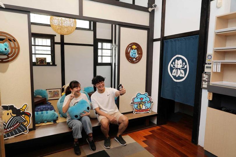 因應日式老宅的氛圍,亞拉設計出無所不在的「咖波」,非常適合拍照打卡。(圖/于魯光攝)