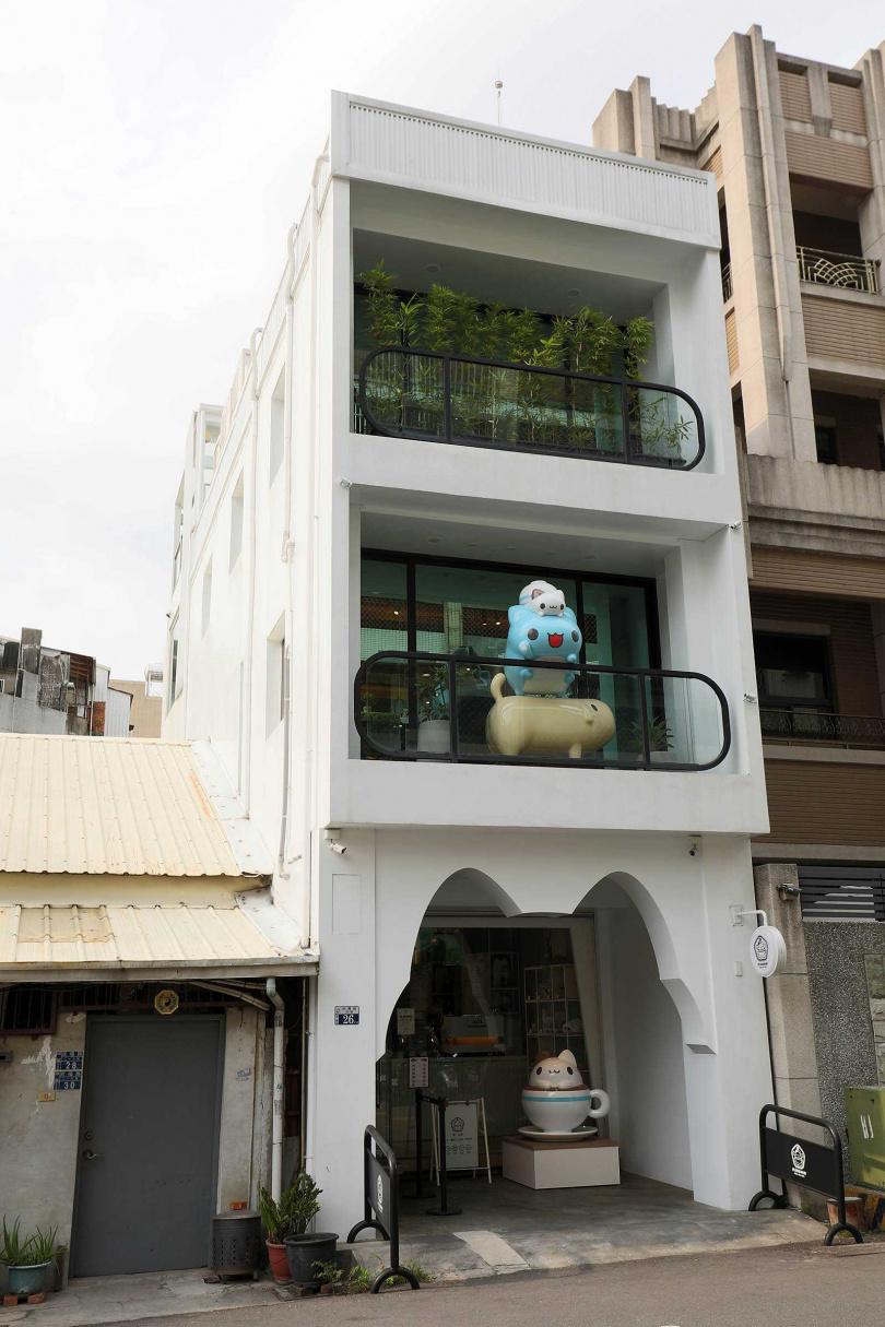 「奶泡貓咖啡」一樓入口處是「奶泡貓」形狀的拱門,二樓還有巨型的「咖波」、「奶泡貓」和狗狗熱情地向客人招手,有夠可愛!(圖/于魯光攝)