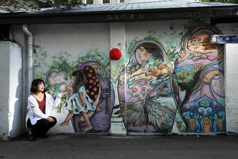 位於巷口的主題壁畫《從看見 去改變》,為城市增添文創風。(圖/于魯光攝)