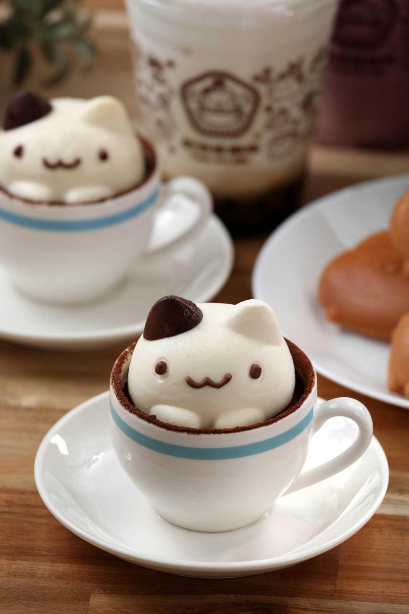 將超萌的「奶泡貓」縮小製成「奶泡貓提拉米蘇」,能吃到戚風蛋糕與乳酪慕斯層層相疊的幸福滋味。(一五○元/個)(圖/于魯光攝)