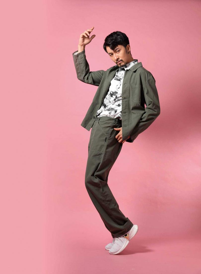 agnès b.橄欖綠休閒夾克/15,580元;橄欖綠休閒長褲/11,580元;SPORT b.滑板印花圖案襯衫/5,580元(圖/戴世平攝)