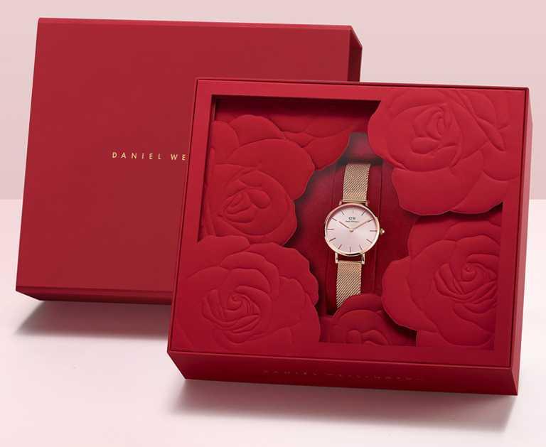 DANIEL WELLINGTON「Petite Melrose」柔光粉腕錶,28mm,李聖經簽名款專屬包裝╱4,990元。(圖╱DW提供)