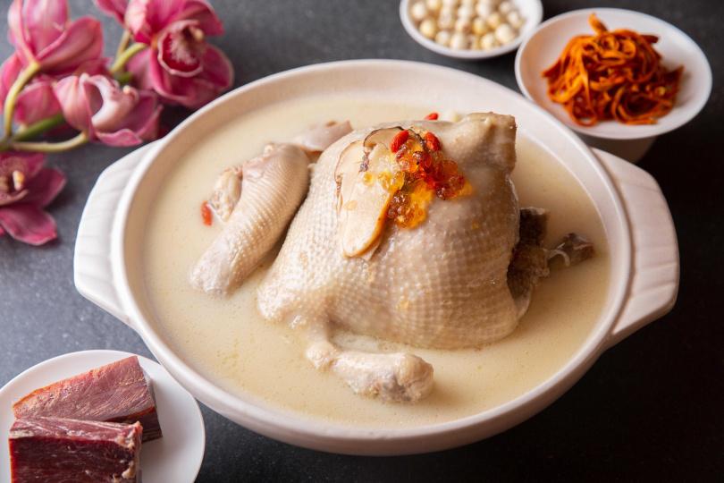 琥珀桃膠燉雞湯。(圖片提供/怡園中餐廳_台北西華飯店提供)