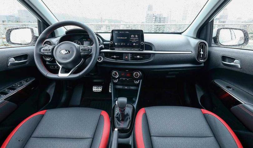 搭載與旗艦轎跑Stinger同血緣的D-Cut跑格化方向盤,中央的懸浮式螢幕提供無線連接Apple CarPlay、Android Auto的功能。(圖/王永泰攝)