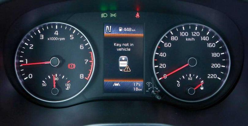 雖然採用的是傳統雙環式儀表板,但中央仍有4.2吋行車資訊幕,可讓駕駛知道目前主被動安全系統作動的情形。(圖/王永泰攝)