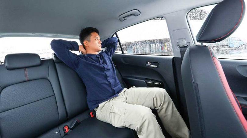 後排座椅坐進176公分高的男性,無論是腿部支撐還是頭部空間,表現都相當優異。(圖/王永泰攝)