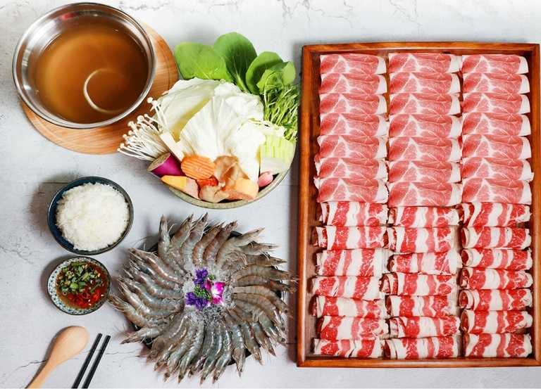 肉量驚人的「海陸吃很飽鍋物」,光肉量就多達600公克,搭配30隻蝦,原價799元,優惠價只需498元。