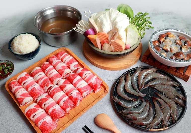 即便是份量較少的海陸雙霸鍋,也有多達200克牛或豬+200克蛤蜊+10隻蝦的份量, 原價598元,特價238元,下殺4折。