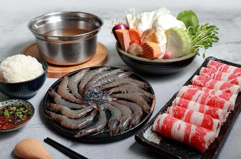 蝦爆量鍋物用上15隻蝦+100克牛或豬,原價329元 特價198元。