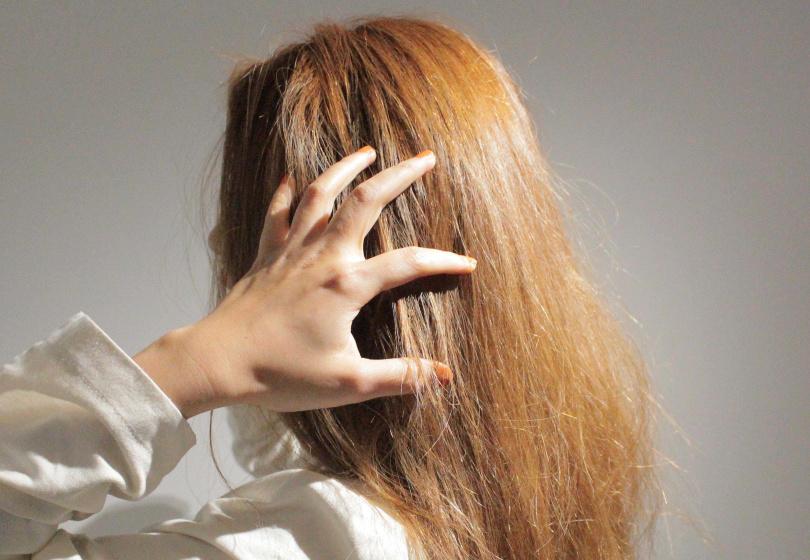 出門前精心整理好的髮型,一遇到水氣就現出原形XD。(圖/品牌提供)