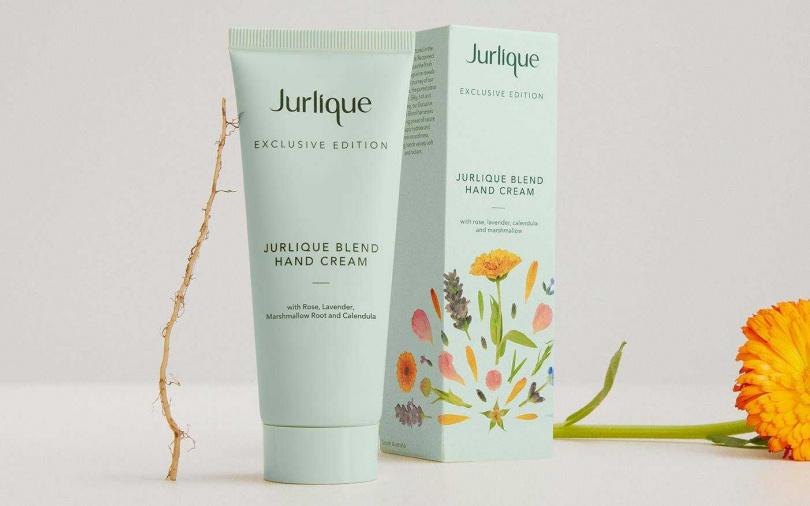 Jurlique 2021玫瑰護手霜.綠意花漾限量版75ml/1,200元  外包裝靈感取自於Jurlique農場的乾燥花棚,在舒心綠意色上的繽紛壓花,療癒感十足。(圖/品牌提供)