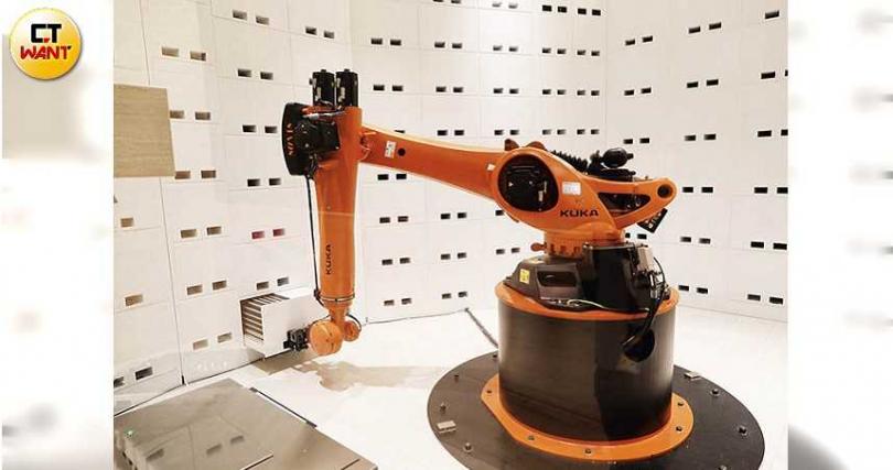 機器手臂「庫卡」會免費幫旅客寄放與提領行李,行李櫃附有電子鎖,安全無虞。(攝影/于魯光)