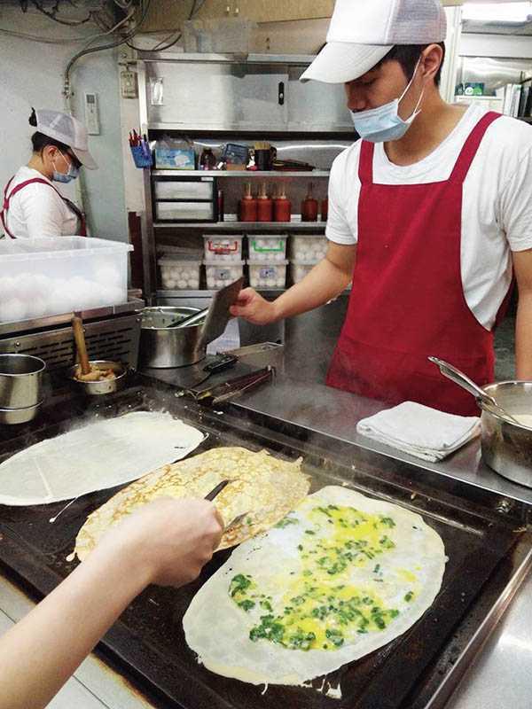 已有30年歷史的「明倫蛋餅」,是逢甲夜市的知名熱門小吃。(40元)(圖/翻攝臉書)