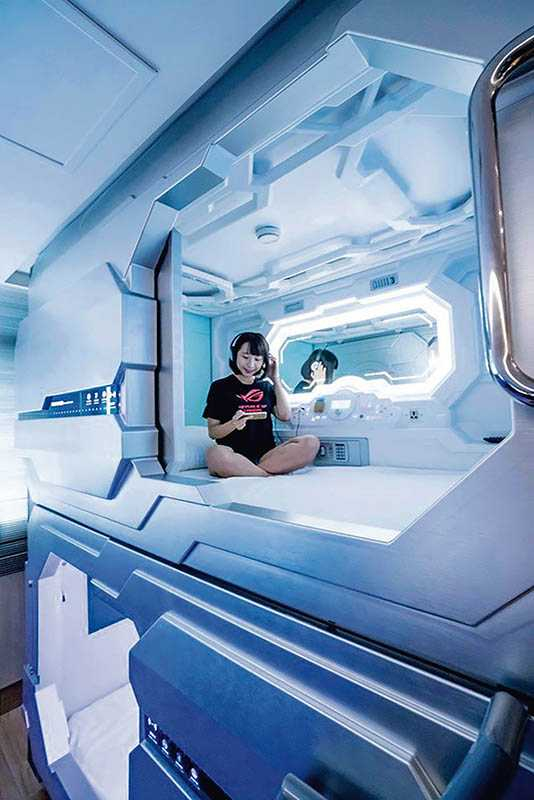 太空艙4人房融合膠囊旅館概念,設置4個可獨立上鎖的「個人艙房」。(圖/翻攝自網路)