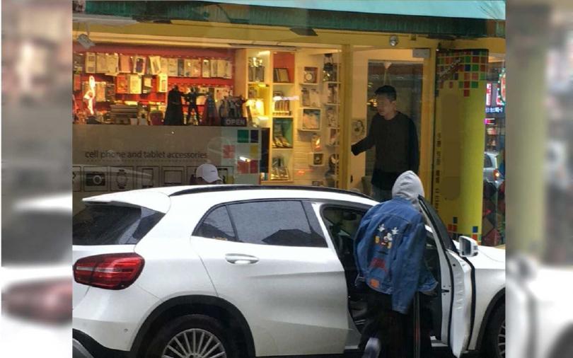 夫妻倆坐上新買的Benz轎車離去。(圖/本刊攝影組)