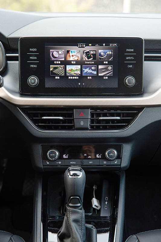 中控台是懸浮式8吋觸控螢幕,整合多媒體資訊及車輛設定,並首度導入繁體中文介面。(圖/黃耀徵攝)