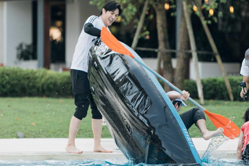 顏毓麟被謝佳見調皮的翻船摔進水裡。