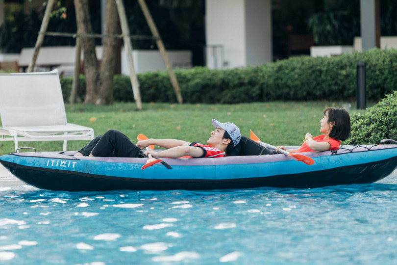 顏毓麟、大元划船累到躺下。