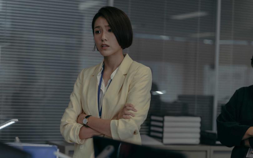 林意箴在劇中首次使壞演出心機婊女記者。(圖/Netflix提供)