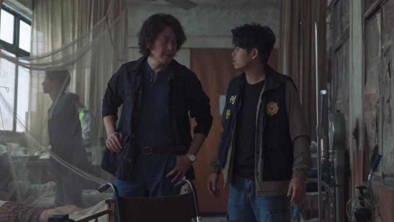 王識賢(左)笑說自己對張再興不手軟,有時文件夾拿起來就往他頭上K。(圖/Netflix提供)