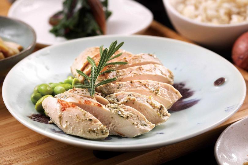 「舒肥歐式香草雞」是店裡非常受歡迎的主菜,雞肉用香草及鹽麴醃漬,肉嫩多汁、風味高雅。(單點主菜200元、套餐320元)(圖/于魯光攝)