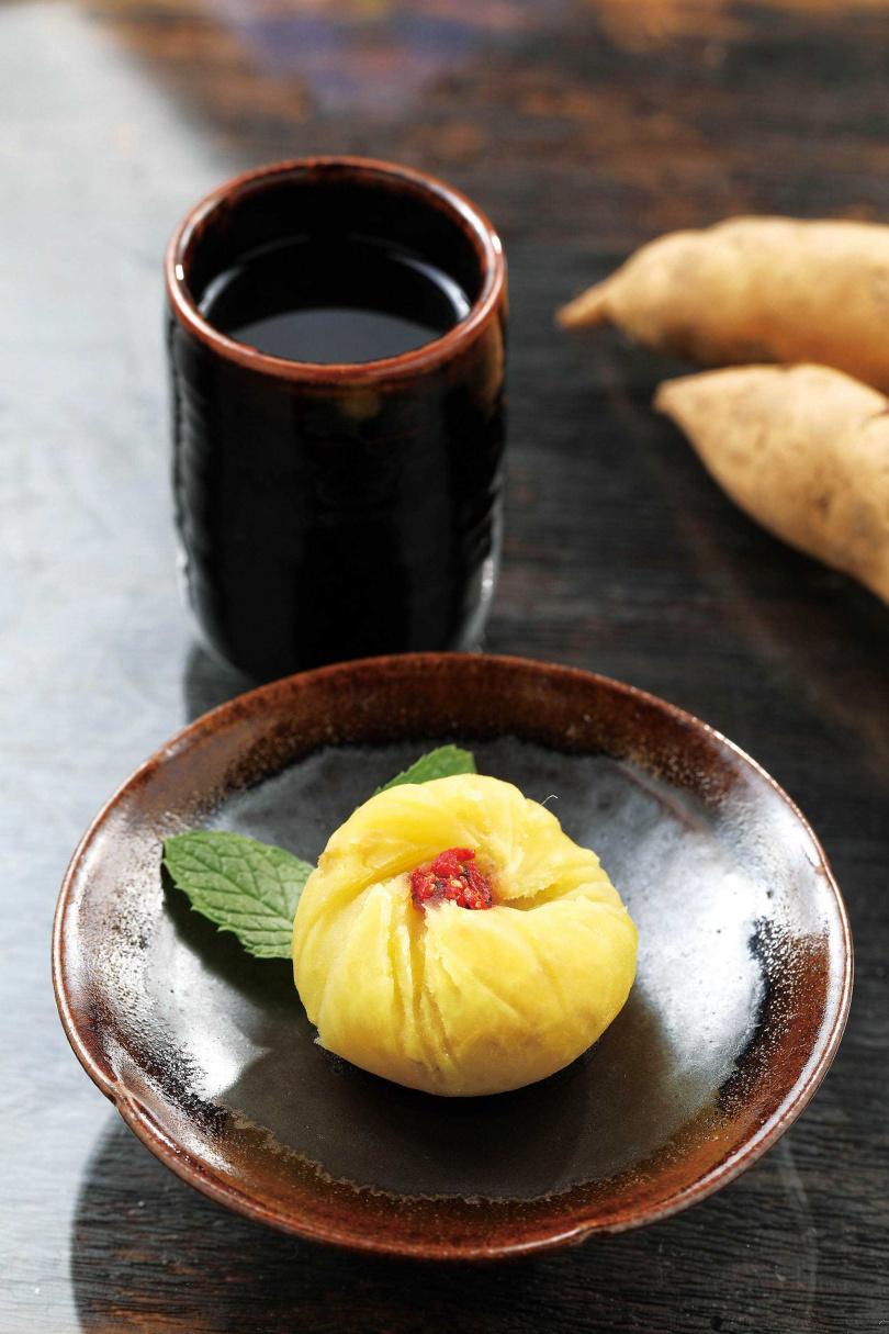 隱藏版甜點「地瓜球」的地瓜經過疊煮、磨泥、塑形,再加洛神醬及枸杞調味。(100元)(圖/于魯光攝)