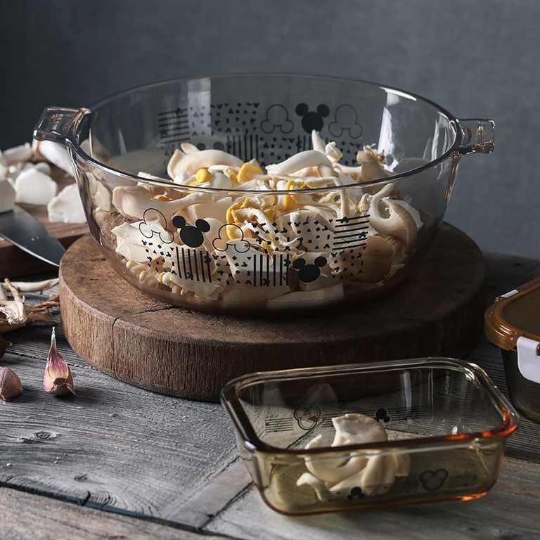 康寧餐具的米奇塗鴉風保鮮盒系列。
