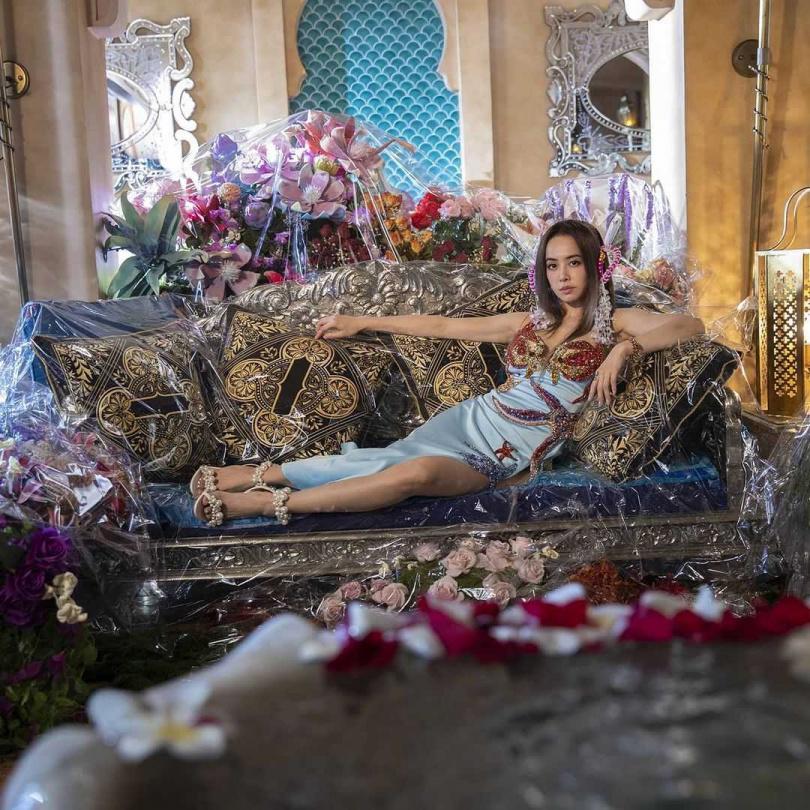 此外,天后蔡依林在拍攝MV時,也同樣選穿MAISEL珍珠高跟鞋,在富麗堂皇的家具及擺設中,珍珠的光芒依然耀眼,展現天后不容忽視的強大氣場。(圖/品牌提供)