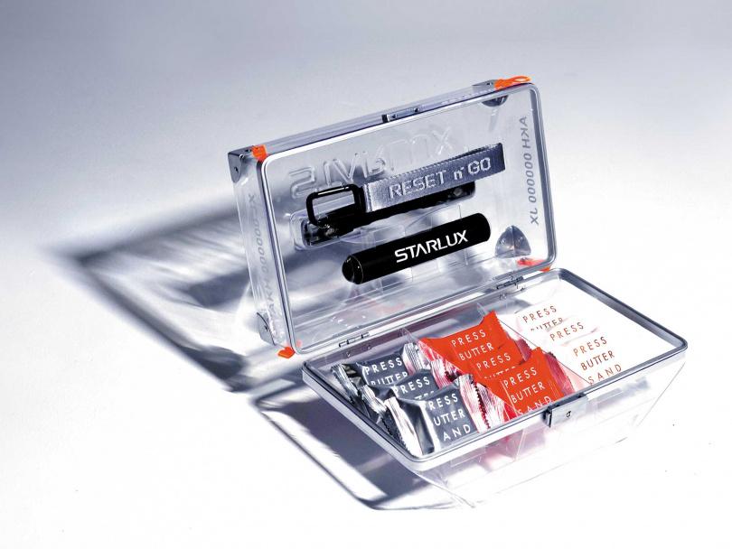 隨箱附有「RESET n'GO 宣言掛帶」及「未來萬花筒」,圖為「冰川透」款式。(2,021元)