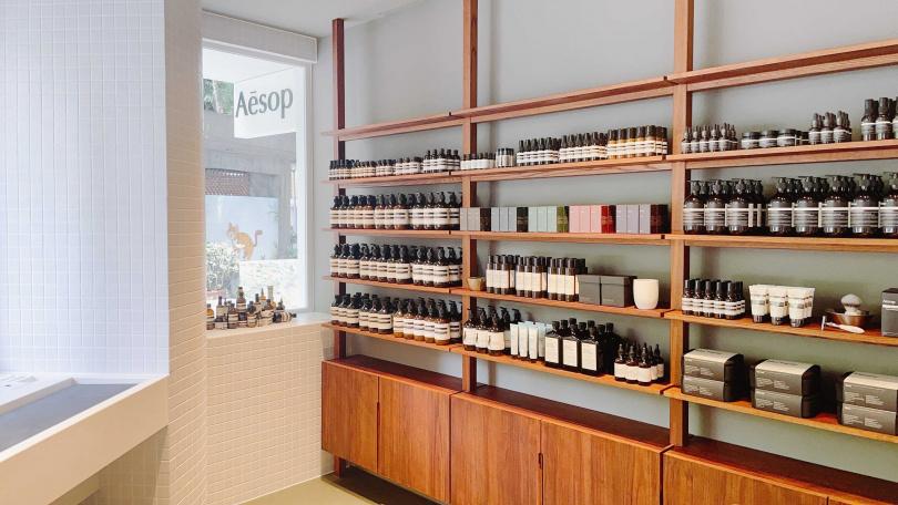 店內展示層架則是運用在地回收木材,體現Aesop對永續的承諾(圖/品牌提供)