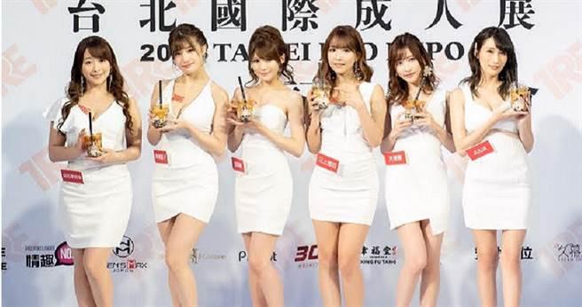 白石茉莉奈(左起)、高橋聖子、相澤南、三上悠亞、天使萌和Julia的照片印在珍奶包裝上,六位女優感到相當新奇。(圖/TRE提供)