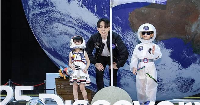 林宥嘉與兩位小小太空人一起重現登陸月球的經典畫面。(攝影/焦正德)