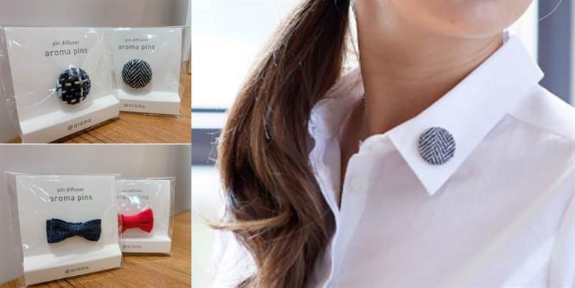 圓形的別針與蝴蝶結樣式為妳的穿搭增添趣味,別在領口處自己聞香也能讓心情變好唷!(圖片來源/北歐櫥窗提供)