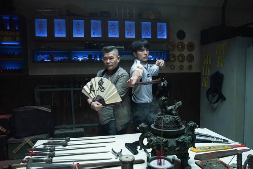 澎恰恰(左)和邱澤在《第九分局》亮東方抓鬼武器掀起話題。(圖/甲上提供)