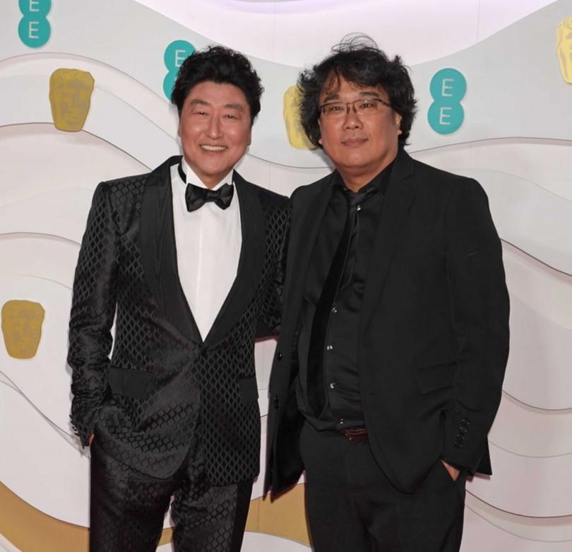 奉俊昊(右)與宋康昊(左)對於《寄生上流》昨日榮獲奧斯卡四項大獎,感到不可思議。(圖/CATCHPLAY提供)