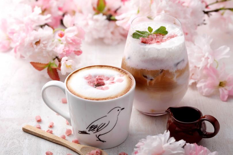 春櫻花咖啡拿鐵。(圖/杏桃鬆餅屋提供)