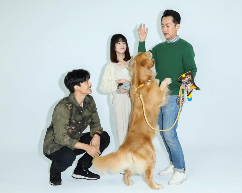 施名帥、連俞涵、王家梁拍攝視覺照,與動物演員互動有趣。