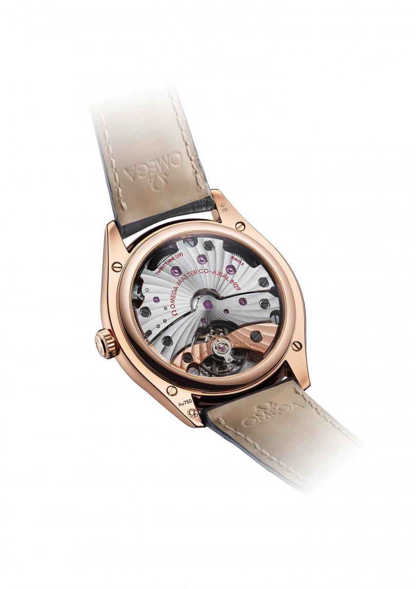 OMEGA「De Ville TRÉSOR碟飛系列」腕錶,搭載8929型手動上鏈機芯。(圖╱OMEGA提供)
