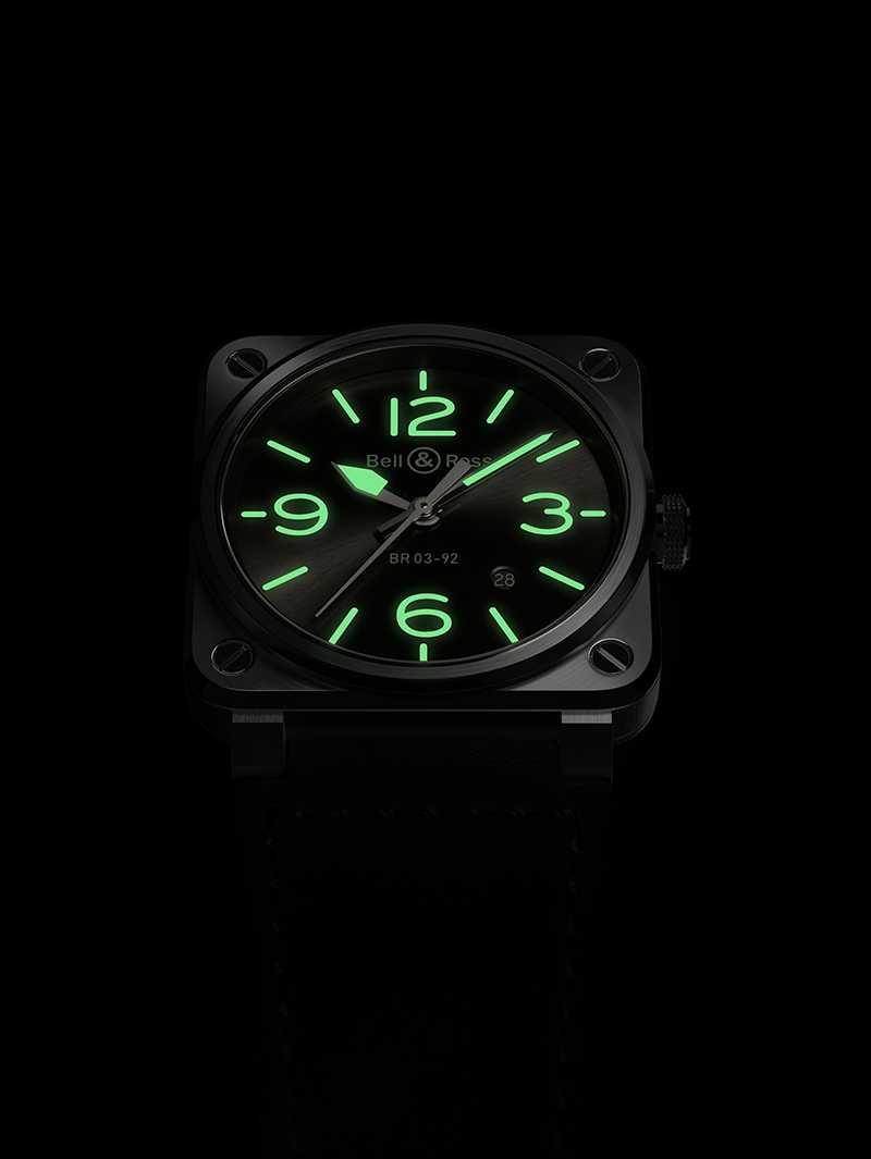 Bell & Ross「BR03-92 GREY LUM」腕錶,指針、數位及時標均採用磷光綠的Super-LumiNova C3螢光塗料,時刻清晰易辨。(圖╱Bell & Ross提供)