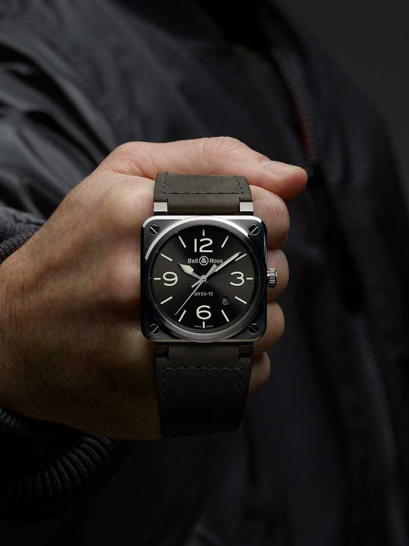 Bell & Ross「BR03-92 GREY LUM」腕錶,灰綠色小牛皮錶帶╱111,600元(圖╱Bell & Ross提供)