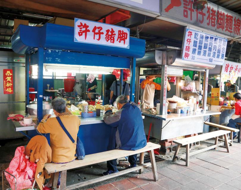 位於台北市大稻埕慈聖宮附近的「許仔豬腳麵線」,擁有許多死忠顧客。(圖/林士傑攝)