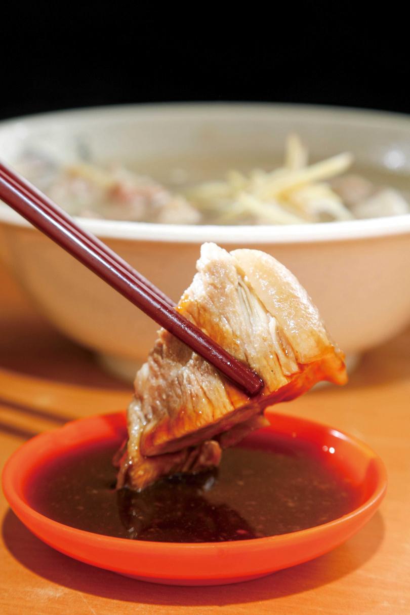 愛吃肉的年輕人通常會點肉質爽彈、湯頭清甜的「腿肉湯」。(100元)(圖/林士傑攝)