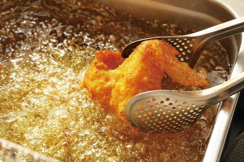 店家選用當日新鮮溫體雞,以溼粉油炸保住肉質水分。(圖/于魯光攝)