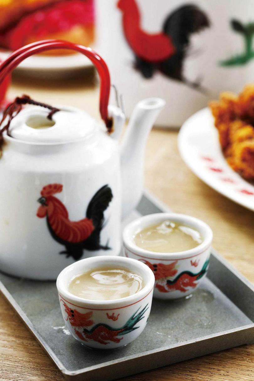 「雞白湯」以彩繪著公雞的茶壺盛裝,令人會心一笑。(180元)(圖/于魯光攝)