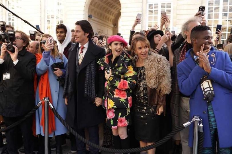 《艾蜜莉在巴黎》由當代時尚教母派翠西亞菲爾德操刀,莉莉柯林斯最新預告連換20套華服。(圖/Netflix提供)