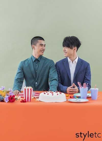 陳昊森(右)穿著BOSS藍色西裝拍攝雜誌《愛女生》畫報,曾敬驊隨後也迫不及待在品牌活動上穿同款。(圖/愛女生雜誌)