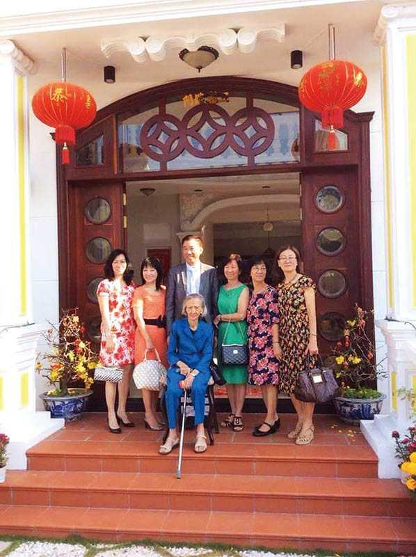 曾女香2年前回越南過年,和搬回越南落葉歸根、高齡93歲的母親以及3個姊姊、弟弟和妹妹合影。(圖/曾女香提供)