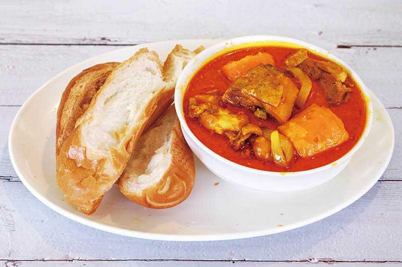 香濃爽口的越南薑黃咖哩雞和越南法式麵包是絕配。(圖/王永泰攝)